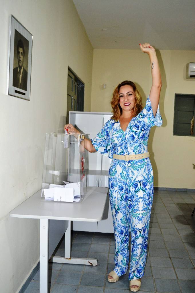 A candidata Rivânia chegou pra votar às 8h30